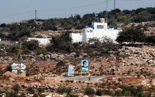 Ταμπλό με φωτογραφία του ηγέτη της Χεζμπολάχ, Χασάν Νασράλα, μπροστά από φυλάκιο του ΟΗΕ, κοντά στα σύνορα του Λιβάνου με το Ισραήλ.