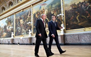 Ο Εμανουέλ Μακρόν και ο Ρώσος πρόεδρος Βλαντιμίρ Πούτιν βαδίζουν προς την αίθουσα όπου θα δινόταν η κοινή συνέντευξη Τύπου, στα ανάκτορα των Βερσαλλιών. REUTERS