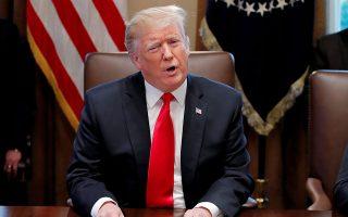 Μέσα σε μόλις τέσσερις ημέρες ο Αμερικανός πρόεδρος απείλησε την Κίνα με κλιμάκωση, ύστερα προανήγγειλε πιο επιθετικούς δασμούς και λίγο αργότερα μίλησε σε συμφιλιωτικούς τόνους, ισχυριζόμενος πως το Πεκίνο επιδιώκει επανέναρξη των συνομιλιών.