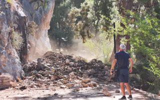 Νέα μεγάλη κατολίσθηση σημειώθηκε στο γύρο της Αρβανιτιάς στο Ναύπλιο, Τετάρτη 14 Αυγούστου 2019. Βράχια και χώματα αποκολλήθηκαν στην περιπατητική διαδρομή και ουσιαστικά έκοψαν τον  πεζόδρομο στα δύο, ενώ στο σημείο βρίσκονται το Λιμενικό υπηρεσίες του Δήμου και ο Δήμαρχος Ναυπλιέων Δημήτρης Κωστούρος. Να υπενθυμίσουμε πως τον  Ιούνιο του 2018 είχε σημειωθεί και πάλι μεγάλη κατολίσθηση. Η υπηρεσία πολιτικής προστασίας του Δήμου Ναυπλίου είχε αποκλείσει τις εισόδους του πεζόδρομου έχοντας βάλει προειδοποιητικές πινακίδες κινδύνου και κάγκελα, πολλοί όμως έβρισκαν τρόπους και τα παρέκαμπταν. Πρόκειται για ένα πολυσύχναστο σημείο του Ναυπλίου, όπου καθημερινά κάνουν την βόλτα τους πολλοί ντόπιοι και επισκέπτες, όλες τις εποχές του χρόνου, ακόμα και μετά την κατολίσθηση παραβιάζοντας τις πινακίδες και τα κιγκλιδώματα που έχουν τοποθετηθεί. Είναι μια εξαιρετική διαδρομή, δίπλα στη θάλασσα, που ενώνει την πλαζ της Αρβανιτιάς με την παραλία της πόλης του Ναυπλίου, αλλά δυστυχώς μετά τις κατολισθήσεις η διαδρομή πλέον εγκυμονεί πολλούς κινδύνους για τους περαστικούς.  ΑΠΕ-ΜΠΕ /ΑΠΕ-