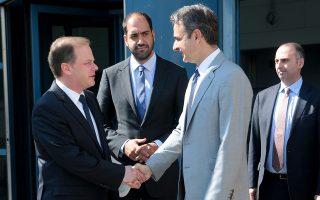 Ο πρωθυπουργός Κυριάκος Μητσοτάκης χαιρετάει τον υπουργό Υποδομών και Μεταφορών Κώστα Καραμανλή. Στο κέντρο, ο υφυπουργός για θέματα μεταφορών, Γιάννης Κεφαλογιάννης.