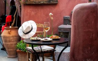 Μεγάλη ποικιλία σε σαντορινιά κρασιά στο Oia Vineyart. (Φωτογραφία: Περικλής Μεράκος)