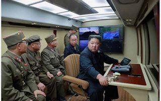 Ο Κιμ Γιονγκ Ουν επιβλέπει προσωπικά την πρόσφατη δοκιμή πυραύλων μεσαίου βεληνεκούς.