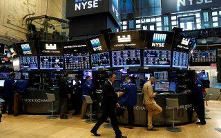 Οι βασικοί δείκτες της Wall Street, S&P 500 και Dow Jones, αργά το βράδυ και λίγο πριν από το κλείσιμο, σημείωναν κέρδη 1,22% και 1,32% αντιστοίχως.