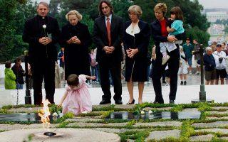 Η Σίσυ Κένεντι σε μικρή ηλικία, εναποθέτει ένα άσπρο ρόδο στον τάφο του Τζον Φ. Κένεντι, στο Αρλινγκτον.
