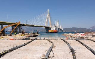 Εργασίες για την ολοκλήρωση της πόντισης του πρώτου υποβρύχιου καλωδίου 400 kV στην Ελλάδα, στο τμήμα Ρίου-Αντιρρίου, Δευτέρα 26 Αυγούστου 2019. Η ολοκλήρωση των υποθαλάσσιων εργασιών σηματοδοτεί ένα κρίσιμο βήμα για τη σύνδεση της Πελοποννήσου με την Υπερυψηλή Τάση 400 kV, θωρακίζοντας την ενεργειακή ευστάθεια της χερσονήσου. Πρόκειται για ένα έργο που σύμφωνα με τον Πρόεδρο και Διευθύνονται Σύμβουλο του Ανεξάρτητου Διαχειριστή Μεταφοράς Ηλεκτρικής Ενέργειας (ΑΔΜΗΕ)  Μανούσο Μανουσάκη θα συμβάλλει καθοριστικά στην βελτίωση του συστήματος μεταφοράς της ηλεκτρικής ενέργειας της χώρας. ΑΠΕ ΜΠΕ/Γραφείο Τύπου ΑΔΜΗΕ/George Magerakis