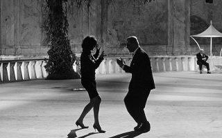 Ο Μαρτσέλο Μαστρογιάνι χορεύει με κάποια από τις αγαπημένες του.