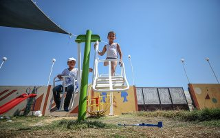 Παιδιά Παλαιστινίων με ακρωτηριασμένα άκρα παίζουν στα νότια της Γάζας. EPA