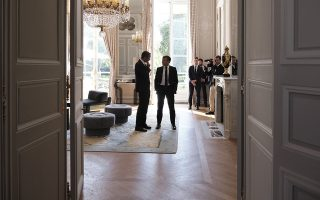 (Ξένη Δημοσίευση)  Ο Γάλλος Πρόεδρος Εμανουέλ Μακρόν (Δ) συνομιλεί με τον πρωθυπουργό Κυριάκο Μητσοτάκη (Α), κατά τη διάρκεια της συνάντησής τους, την Πέμπτη 22 Αυγούστου 2019, στο Προεδρικό Μέγαρο Ηλυσίων,  στο Παρίσι. Ο πρωθυπουργός Κυριάκος Μητσοτάκης ξεκινά από σήμερα στο Παρίσι, τον κύκλο των συναντήσεων του με ξένους ηγέτες.  ΑΠΕ-ΜΠΕ/ΓΡΑΦΕΙΟ ΤΥΠΟΥ ΠΡΩΘΥΠΟΥΡΓΟΥ/ΔΗΜΗΤΡΗΣ  ΠΑΠΑΜΗΤΣΟΣ
