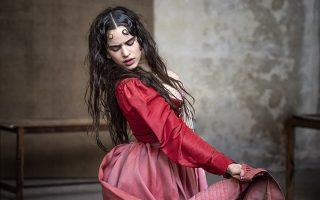 Η καταλανή σταρ του σύγχρονου φλαμένγκο Rosalia στην δική της εκδοχή της Ιουλιέτας