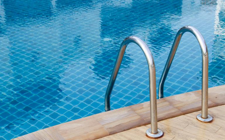 Ρόδος: «Τα παιδιά μας δεν ήξεραν κολύμπι» δήλωσαν οι γονείς των δύο Γαλλίδων που πνίγηκαν στην πισίνα