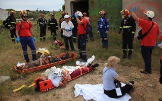 Εθελοντές του Ειδικού Τμήματος Ιατρικής Καταστροφών του ΕΚΑΒ μαζί με άνδρες της Πυροσβεστικής και της Πολιτικής Προστασίας σε άσκηση αντιμετώπισης φυσικής καταστροφής. ΕΤΙΚ ΕΚΑΒ