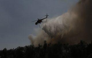 Ελικόπτερο επιχειρεί στην κατάσβεση της πυρκαγιά κοντά στο χωριό Μακρυμάλλη, την  Τέταρτη 14 Αυγούστου 2019. Ολονύχτια, τιτάνια μάχη έδωσαν οι δυνάμεις πυρόσβεσης στην Εύβοια, καταφέρνοντας να σώσουν τελικά και τα 4 χωριά που κινδύνευσαν από τις φλόγες, οι οποίες κατέκαυσαν μεγάλο μέρος από το παρθένο πευκοδάσος. Με μηχανήματα και μπουλντόζες οι δυνάμεις δημιούργησαν αντιπυρικές ζώνες εμποδίζοντας καταρχάς τη φωτιά να προχωρήσει προς τα Ψαχνά, ενώ με υπεράνθρωπες προσπάθειες και αυτοθυσία οι πυροσβέστες δημιούργησαν ασπίδα προστασίας κυρίως για τα χωριά Μακρυμάλλη και Κοντοδεσπότι, στα οποία οι φλόγες έγλειψαν σχεδόν τα σπίτια. Ατέλειωτο μαύρο τοπίο αποκαλύπτει η σημερινή μέρα στην Κεντρική Εύβοια. Από το πρωί επιχειρούν και πάλι τα εναέρια μέσα και συγκεκριμένα 9 ελικόπτερα, εκ των οποίων τα 2 του στρατού και 7 αεροσκάφη, ενώ συντονισμός από αέρος γίνεται με 2 ελικόπτερα, ένα της ΕΛΑΣ και ένα του πυροσβεστικού σώματος. Έφτασαν επίσης και 2 ιταλικά αεροσκάφη που θα συμμετάσχουν στην επιχείρηση και αναμένονται 2 ακόμη από την Ισπανία που ανταποκρίθηκε και αυτή στο ελληνικό αίτημα