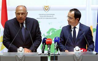 Ο υπουργός Εξωτερικών της Αιγύπτου Σάμεχ Σούκρι με τον Κύπριο ομόλογό του Νίκο Χριστοδουλίδη, χθες στη Λευκωσία. ASSOCIATED PRESS