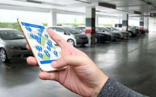 Ο χρήστης κάνει εγγραφή μέσω εφαρμογής στο κινητό του, η οποία του υποδεικνύει ποιο όχημα είναι διαθέσιμο κοντά του. SHUTTERSTOCK