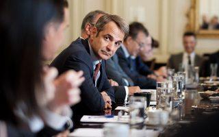 Το μήνυμα που εξέπεμψε ο πρωθυπουργός Kυριάκος Μητσοτάκης στους υπουργούς του, στη χθεσινή συνεδρίαση του υπουργικού συμβουλίου, είναι ότι «σηκώνουμε μανίκια μετά την επιστροφή μου» από το Βερολίνο.