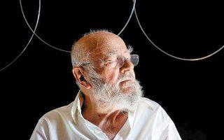 Πολίτης του κόσμου, καλλιτέχνης διεθνούς βεληνεκούς, με έργα που κοσμούν τα σπουδαιότερα μουσεία μοντέρνας τέχνης, ο γλύπτης Takis έφυγε από τη ζωή πλήρης ημερών χθες το πρωί, στο σπίτι του στο Γεροβουνό Αττικής. Ο σπουδαίος οραματιστής της κινητικής τέχνης και του μαγνητισμού έζησε την Κατοχή και τον διχασμό του Εμφυλίου, έφυγε στο εξωτερικό και παρέμεινε μέχρι το τέλος ασυμβίβαστος στη ζωή και στην τέχνη.