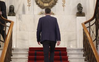 Ο νεοεκλεγείς δήμαρχος Κώστας Μπακογιάννης, επιστρέφει στο Δημαρχιακό Μέγαρο της Αθήνας μετά από την τελετή ανάληψης καθηκόντων με τον απερχόμενο δήμαρχο Γιώργο Μπρούλια