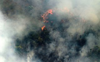 epa07789004 Aerial view of smoke from the Amazon forest during a fire in Porto Velho, Rondonia, Brazil, 23 August 2019. The smoke of the fires covers the area causing poor visibility affecting air traffic.  EPA/Joedson Alves