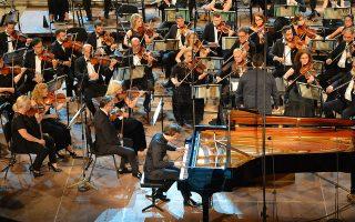 Πιανίστας με ξεχωριστές ευκολίες τεχνικής και δεξιοτεχνίας, ο Βασίλης Βαρβαρέσος έδωσε μία λαμπερή ερμηνεία. Μ. ΠΑΠΑΓΕΩΡΓΙΟΥ