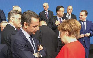 Ο κ. Μητσοτάκης συνομιλεί με την κ. Μέρκελ στις εργασίες του ΕΛΚ, στις Βρυξέλλες.