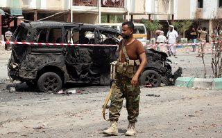 Υεμενίτης στρατιώτης περιπολεί στο σημείο της επίθεσης αυτοκτονίας με παγιδευμένο αυτοκίνητο, στο Αντεν.