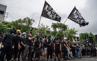 Φοιτητές με μαύρες σημαίες στο Κινεζικό Πανεπιστήμιο του Χονγκ Κονγκ.