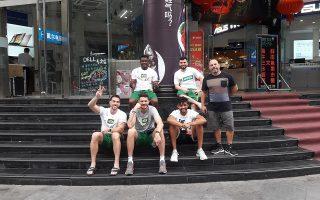 Μέλη της βραζιλιάνικης αποστολής ποζάρουν στην «Κ» έξω από το εμπορικό κέντρο της Νανζίνγκ.