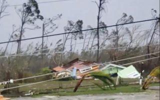 Ξεριζωμένα δέντρα, πεσμένες κολόνες ηλεκτρικού και συντρίμμια σπιτιών άφησε πίσω του ο τυφώνας κατηγορίας 5.