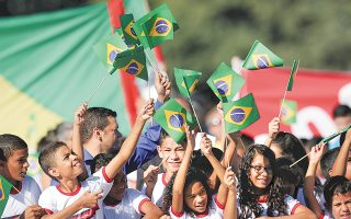 Mαθητές με σημαίες της Βραζιλίας κατά την τελετή αφής της ολυμπιακής φλόγας, το 2016. Η αύξηση των εκπομπών διοξειδίου του αζώτου στη χώρα της Νότιας Αμερικής μετά το 2009 συνδέεται με την προετοιμασία για τους Ολυμπιακούς Αγώνες.