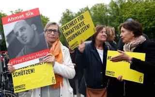 Γερμανίδα διαδηλώτρια υπέρ της ελευθερίας του Τύπου στην Τουρκία.