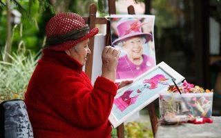 Πορτρέτο της βασίλισσας Ελισάβετ, κεντημένο στο χέρι, από οπαδό του θεσμού. Πλέον όλα τα μάτια στρέφονται στα νεότερα μέλη της βασιλικής οικογένειας.