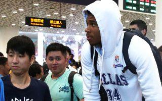 Τι Νανζίνγκ, τι Σενζέν. Οι Κινέζοι φίλοι του μπάσκετ πολιόρκησαν ξανά τον Γιάννη Αντετοκούνμπο κατά την άφιξη της Εθνικής στην πόλη της β΄ φάσης του 11ου ομίλου.