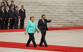 Ο Κινέζος πρωθυπουργός Λι Κετσιάνγκ υποδέχθηκε την Αγκελα Μέρκελ στο Μέγαρο του Λαού, στο Πεκίνο, και συζήτησαν για επιχειρηματικές συνεργασίες.