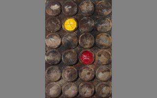 Χωρίς τίτλο. Ξύλο, χώμα, χρώματα σκόνες, ρολόγια, πλέξιγκλας, 100x150 εκατ. Εργο (2004) του Δημήτρη Αληθεινού από την έκθεσή του στη Roma Gallery (Ρώμα 5, Αθήνα). Από τις 19/9 έως τις 19/10.