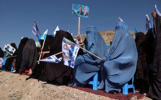 «Δεν σε είδα στην συγκέντρωση, ήρθες;». Καλυμμένες από πάνω μέχρι κάτω με τις μπούργκες τους, Αφγανές συμμετέχουν σε προεκλογική συγκέντρωση στην Χεράτ. Στις 28 Σεπτεμβρίου θα διοργανωθούν οι προεδρικές εκλογές στην χώρα με την συμμετοχή 18 υποψηφίων. EPA/JALIL REZAYEE