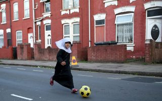 Η επαναστάτρια. Με την μαντίλα της, αν και δεν πρέπει να είναι πάνω από έξι ετών και τα μακριά φουστάνια η μικρή παίζει με άλλα παιδιά ποδόσφαιρο στην Kenilworth Road, έξω από το στάδιο του Luton στην Βρετανία. Action Images via Reuters/Carl Recine