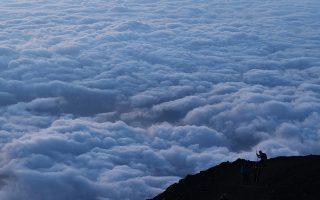 Είναι το καμάρι τους. Και ως πραγματικοί φυσιολάτρες οι Ιάπωνες δεν διστάζουν να ανεβαίνουν κατά δεκάδες στο μεγάλο τους καμάρι το βουνό Φίτζι και από εκεί να βλέπουν πάνω από τα σύννεφα την δύση του ηλίου. AP Photo/Jae C. Hong