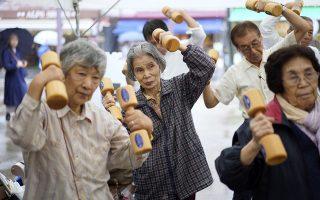 Συνταξιοδοτικό. Ηλικιωμένοι γυμνάζονται σε πάρκο του Τόκυο με ξύλινα βαράκια. Σύμφωνα με την κυβέρνηση της χώρας 35,88 εκατομμύρια Ιάπωνες είναι πάνω από 65 χρονών αντιπροσωπεύοντας το 28,4 % του πληθυσμού. Αγνωστο με ποιο συνταξιοδοτικό σύστημα επιβιώνει η Ιαπωνία, καθώς είναι και επισήμως η χώρα με τους περισσότερους ηλικιωμένους από κάθε άλλη.  EPA/FRANCK ROBICHON