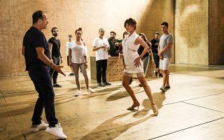Η Δήμητρα Ματσούκα, που υποδύεται την Τζάκι Κένεντι, με τον χορογράφο Φωκά Ευαγγελινό στις πρόβες της παράστασης. ΝΙΚΟΣ ΚΟΚΚΑΛΙΑΣ