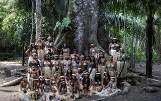 Γιορτή. Ντυμένες και στολισμένες καθώς ορίζει η παράδοσή τους, οι γυναίκες της φυλής  Shanenawa ποζάρουν στις ρίζες ενός  δένδρου Καπόκ στο χωριό Morada στην Βραζιλία. Με αφορμή να γιορτάσουν την φύση και να απαιτήσουν δράσεις για την αποφυγή της καταστροφής του Αμαζονίου.  REUTERS/Ueslei Marcelino