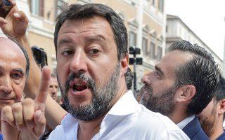 Ο ηγέτης της Λέγκας, Ματέο Σαλβίνι, κρατώντας ένα ροζάριο, κατά τη χθεσινή διαδήλωση που κάλεσε το ακροδεξιό κόμμα Αδελφοί της Ιταλίας.