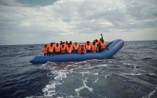 Σε φουσκωτό πλοιάριο, 14 ναυτικά μίλια ανοικτά της Λιβύης, εντοπίστηκαν την Κυριακή αυτοί οι Αφρικανοί πρόσφυγες.