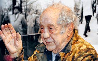 Εφυγε χθες από τη ζωή ο διάσημος Ελβετοαμερικανός φωτογράφος Ρόμπερτ Φρανκ, σε ηλικία 94 ετών. Εχο-ντας μεταναστεύσει από τη δεκαετία του 1940 στις Ηνωμένες Πολιτείες, ο Φρανκ ανέπτυξε φιλία με τους «πατριάρχες» των Μπιτ, ενώ η οξυδερκής κοινωνική παρατήρηση και ο προβληματισμός του μεταφέρθηκαν αυτούσια στην εμβληματική συλλογή φωτογραφιών «The Americans».