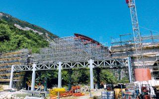 Στην τελική ευθεία βρίσκεται η αναστήλωση και αποκατάσταση του Γεφυριού της Πλάκας στον ποταμό Αραχθο στην περιοχή των Τζουμέρκων, έργο δύσκολο και για πολλούς πρωτόγνωρο, καθώς δεν έχει γίνει κάτι αντίστοιχο στην Ευρώπη.