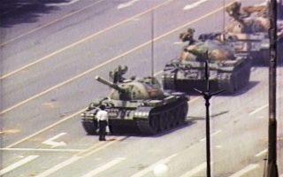 Η φωτογραφία του πολίτη του Πεκίνου που σταμάτησε τα τανκς είχε κάνει τον γύρο του κόσμου.