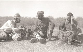 Ξεψείρισμα στον Σαγγάριο, 28 Aυγούστου 1921. O Στεφάνου (αριστερά με το κράνος), στρατιωτικός φωτογράφος, ακολουθώντας τον Λόχο Στρατηγείου του Γ΄ Σώματος Στρατού, έφθασε (Aύγουστος 1921) ώς τα προκεχωρημένα σημεία της προέλασης προς Aγκυρα. ΑΡΧΕΙΟ ΚΕΝΤΡΟΥ ΜΙΚΡΑΣΙΑΤΙΚΩΝ ΣΠΟΥΔΩΝ