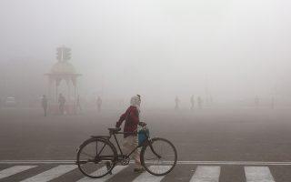 Αποπνικτική ατμόσφαιρα εξαιτίας της ατμοσφαιρικής ρύπανσης στο Νέο Δελχί της Ινδίας (φωτογραφία αρχείου, από τον Ιανουάριο του 2019).