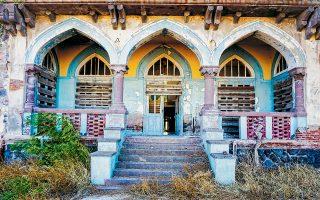 Ξενοδοχείο θρυλικό στη διάρκεια του 20ού αι., έως το 1982 οπότε έκλεισε, το Σάρλιτζα Παλλάς στη Λέσβο περιμένει τις ενέργειες της Περιφέρειας Β. Αιγαίου και των συναρμόδιων υπουργείων για την αποκατάστασή του. Η μελλοντική ανάδειξή του μπορεί να το συνδέσει με τον ιαματικό τουρισμό και να διασωθεί έτσι ένα πολύτιμο κτίριο της αρχιτεκτονικής ιστορίας του νησιού.