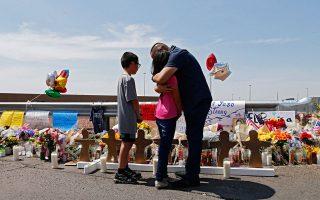 Γονέας με τα παιδιά του στο σημείο, στο Ελ Πάσο, όπου 21χρονος άνοιξε αδιακρίτως πυρ τον περασμένο Αύγουστο σκοτώνοντας 22 ανθρώπους. Ο μακελάρης πίστευε ότι δρα εναντίον μιας «πλεκτάνης για γενοκτονία της λευκής φυλής που οργανώνει το λόμπι των Λατίνων και των μεταναστών»! EPA/LARRY W. SMITH